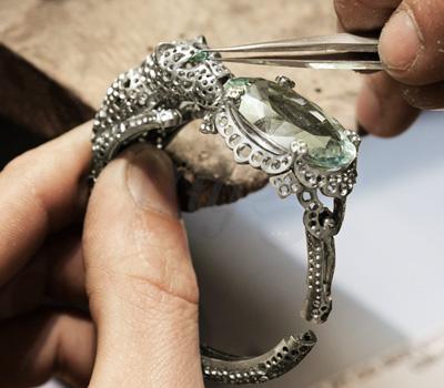 sertissage-pierres-bracelet-panthere-odyssee-cartier